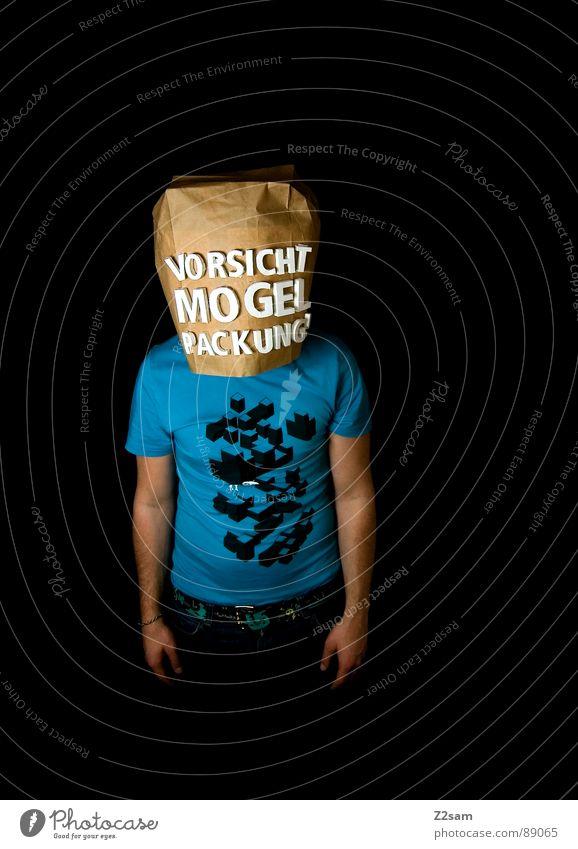 vorsicht Mogelpackung! II Mensch Mann blau schwarz Lebensmittel braun kaufen stehen Buchstaben Industriefotografie Ladengeschäft Sportveranstaltung Konkurrenz Vorsicht Verpackung Supermarkt