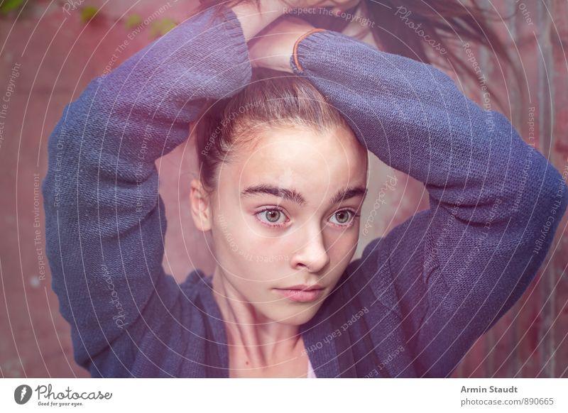 Nirwana Lifestyle Haare & Frisuren Mensch feminin Frau Erwachsene Jugendliche Kopf 1 13-18 Jahre Kind Jacke brünett langhaarig Pferdeschwanz binden Denken