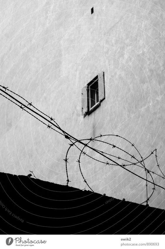 Sicher wohnen Mauer Wand Fassade Fenster klein oben Sicherheit Schutz Geborgenheit Ordnungsliebe gefährlich sparsam Stacheldraht abweisend streng abwehrend