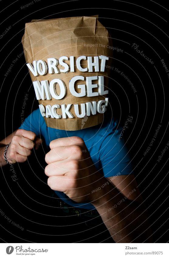 vorsicht Mogelpackung! IV Mensch Mann blau schwarz Lebensmittel braun verrückt kaufen stehen Buchstaben Industriefotografie Markt Rauschmittel Ladengeschäft Lautsprecher Sportveranstaltung