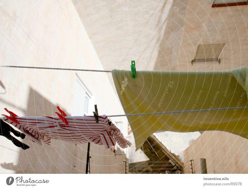 Alicante backyard Wäscheleine Balkon trocknen Sommer Klammer Handtuch Wand Spanien Süden Detailaufnahme Sonne alicante Wäsche waschen Waschtag Stadt