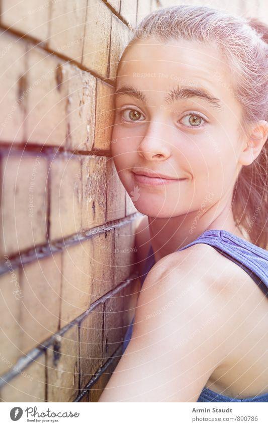 Süße Wand Lifestyle Mensch feminin Frau Erwachsene Jugendliche Gesicht 1 13-18 Jahre Kind Mauer Backsteinwand Fröhlichkeit einzigartig kuschlig lustig niedlich