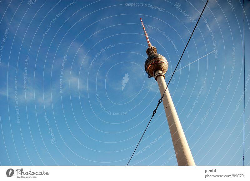 kreuz und quer. Himmel blau Wolken Berlin klein groß Kabel Fernsehen Verkehrswege Wahrzeichen Stadtzentrum Hauptstadt Berliner Fernsehturm Alexanderplatz
