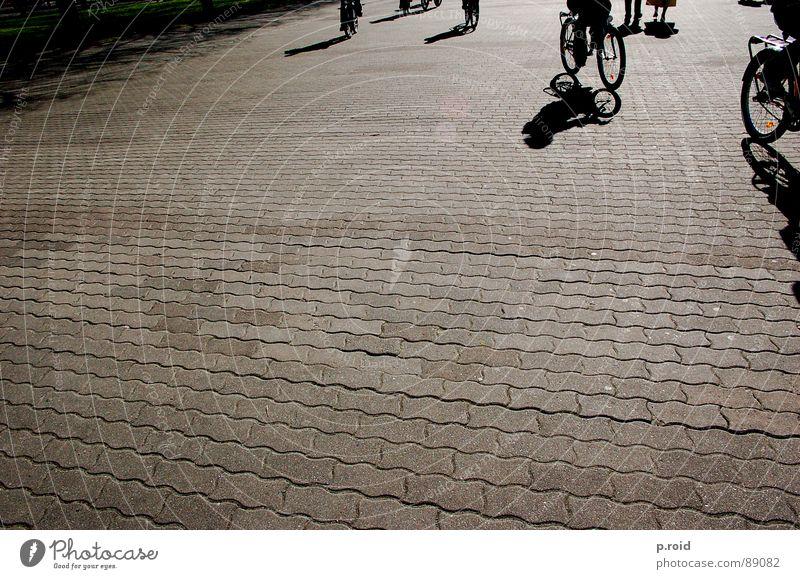 skugga. Ferien & Urlaub & Reisen Stadt Sommer Freude kalt Straße Spielen Beine Fuß hell Fahrrad Schuhe Schönes Wetter Fußweg Bürgersteig Klarheit