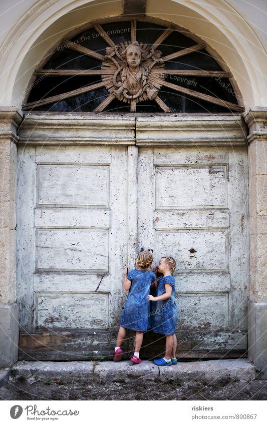 little secrets ii Mensch feminin Kind Mädchen Geschwister Schwester Kindheit 2 3-8 Jahre Tor beobachten entdecken blond Zusammensein natürlich Neugier niedlich