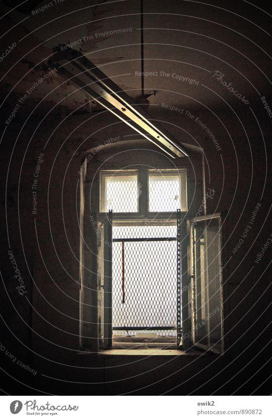 Dunkelkammer Fenster Neonlicht alt dunkel trashig trist Verfall Vergänglichkeit offen Raum bedrohlich Farbfoto Gedeckte Farben Menschenleer Textfreiraum oben