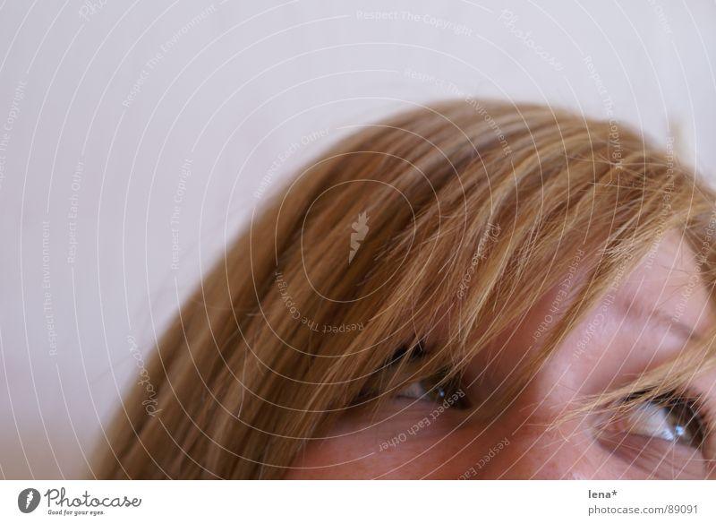 Lena 3 blond Sommersprossen Wimpern verträumt träumen Fröhlichkeit Denken Haarsträhne genervt Jugendliche Auge Haare & Frisuren Glück happy verrückt Müdigkeit