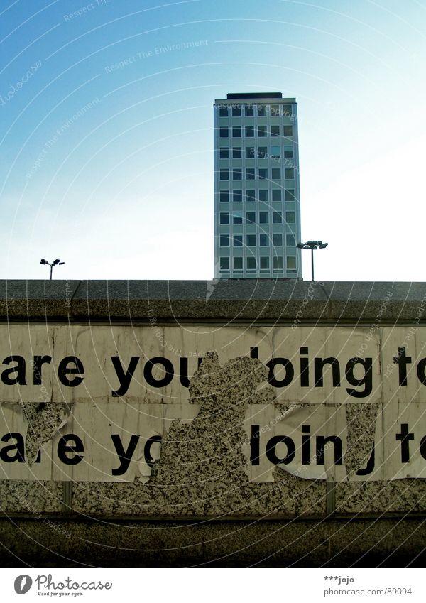 are you boing? Himmel blau Stadt Berlin Mauer Gebäude modern Hochhaus Schriftzeichen trist Baustelle Buchstaben Laterne Kasten Typographie DDR