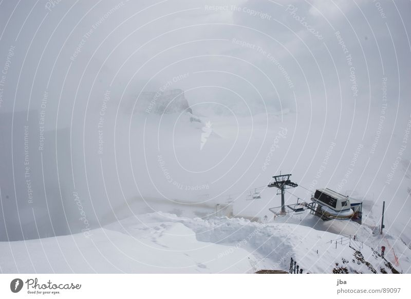 Bergstation weiß Wolken Haus Schnee Berge u. Gebirge Wege & Pfade Stein Gebäude Felsen Nebel Treppe Strommast Seite Pfosten Wintersport Sessel
