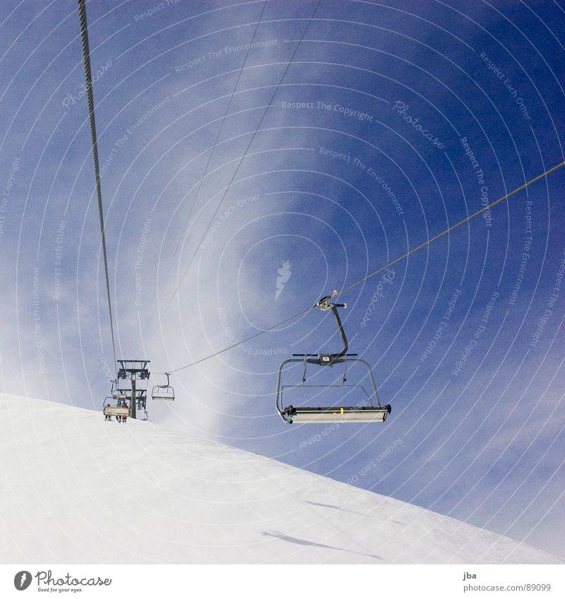 *Aufstieg* Sesselbahn Skilift Winter Wolken Neuschnee Seil Ferne leer Kleiderbügel diagonal aufsteigen fahren Wintersport Berge u. Gebirge Schnee Kabel