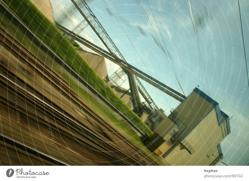 ... und vorbei! grün blau Ferien & Urlaub & Reisen Fenster braun Verkehr Eisenbahn Geschwindigkeit Gleise Fensterscheibe Schnellzug beige unterwegs