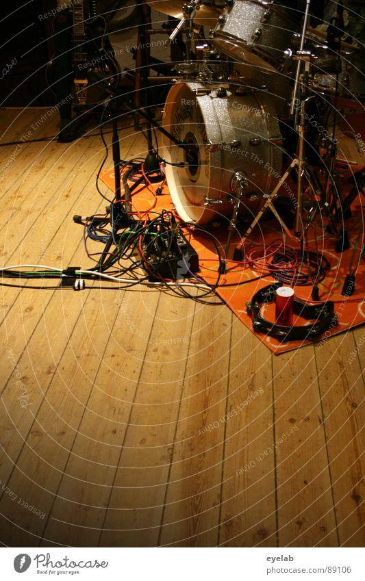 Lautstarke Bühnen Dekoration Schlagzeug Trommel Elektrisches Gerät Teppich Holzfußboden Messing Bronze Stahl Chrom Mikrofon Stativ Ständer Fell lautstark