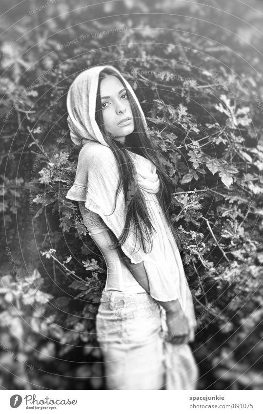 Black and white Mensch Frau Jugendliche schön Erholung Junge Frau Blatt 18-30 Jahre Erotik Erwachsene Gefühle feminin Mode elegant Bekleidung beobachten