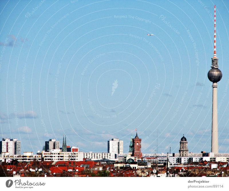 Flugzeug-Attacke? Himmel blau rot Wolken Berlin träumen fliegen Dach Skyline Denkmal Wahrzeichen lügen Berliner Fernsehturm Rotes Rathaus Anschlag