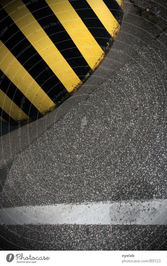 Tigerente vs Weisse Schlange schwarz gelb weiß grau Teer Streifen gefährlich Leitfaden Ölfleck Straßenbau Beton Poller stoppen Industriegelände Bauwerk Verkehr