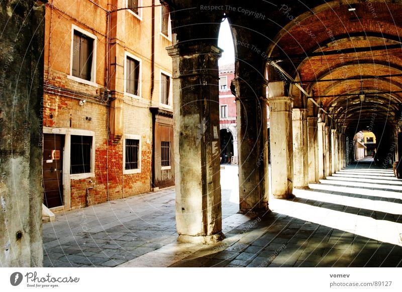 Venedig mal andres Mauer Italien verfallen Bauwerk Verkehrswege Gemäuer Arkaden