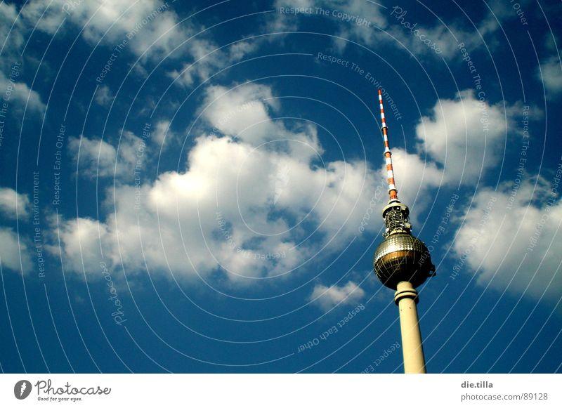 Flirt mit den Wolken Himmel blau Sommer Wolken Berlin Turm Spitze Mitte Kugel Stadtzentrum Berliner Fernsehturm Alexanderplatz Spargel