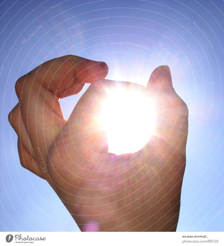 eingelocht. Himmel Hand weiß blau Sonne Freude Finger gegen Daumen Fingernagel Zeigefinger Mittelfinger verhaften Stinkefinger Ringfinger