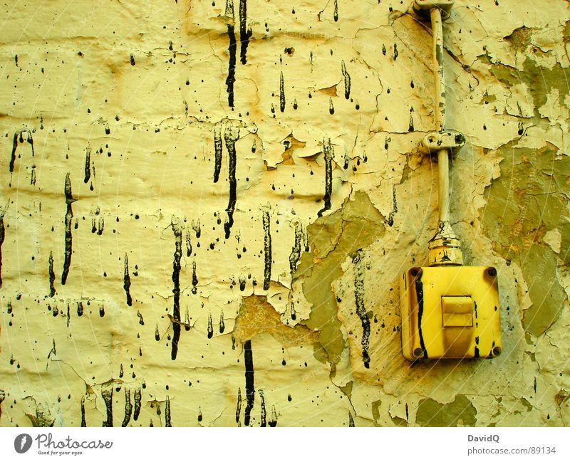 an/aus dreckig Wand abgeplatzt schwarz bespritzt Lichtschalter Putz Mauer verfallen mit Farbe und 1 Lack ab Kabel Rost Farbspritzer