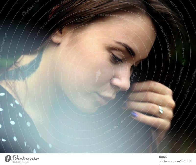 . feminin 1 Mensch 18-30 Jahre Jugendliche Erwachsene Kleid Ring Tattoo brünett langhaarig schön Schutz Gelassenheit geduldig ruhig Traurigkeit Sorge Müdigkeit