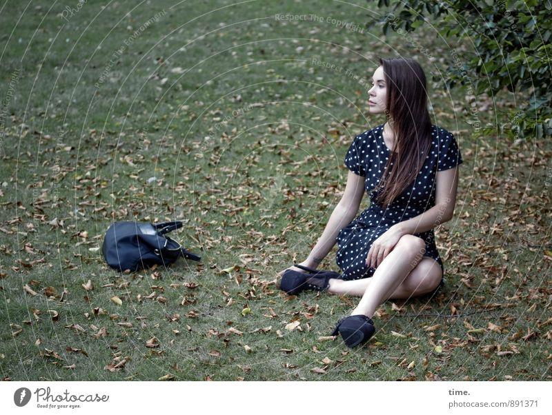 . feminin 1 Mensch 18-30 Jahre Jugendliche Erwachsene Baum Blatt Herbstlaub Park Wiese Kleid Tasche brünett langhaarig beobachten sitzen warten schön
