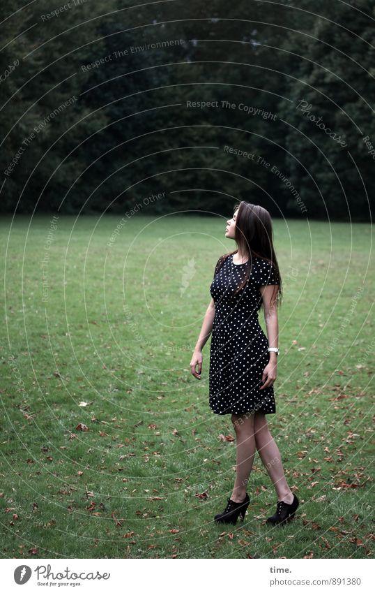 . feminin 1 Mensch 18-30 Jahre Jugendliche Erwachsene Schönes Wetter Baum Park Wiese Kleid brünett langhaarig beobachten genießen stehen ästhetisch schön