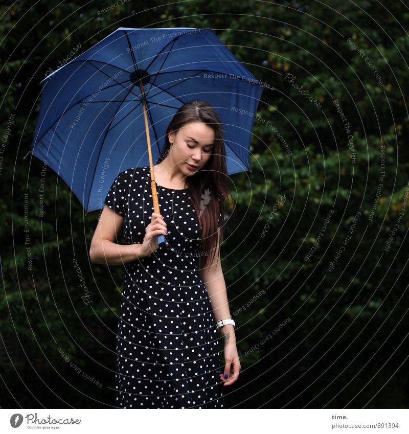 . Mensch Jugendliche schön 18-30 Jahre Erwachsene feminin Zeit Freizeit & Hobby stehen beobachten Schutz Kleid Gelassenheit Regenschirm Wachsamkeit brünett