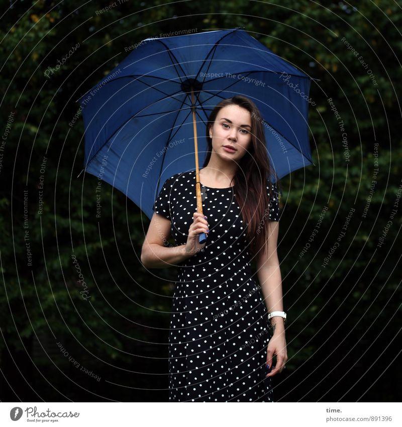 . feminin Junge Frau Jugendliche 1 Mensch 18-30 Jahre Erwachsene Park Wald Kleid Regenschirm brünett langhaarig beobachten festhalten Blick stehen ästhetisch