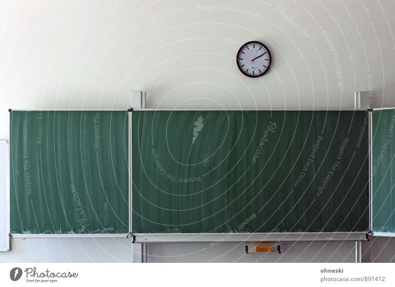 Tabula rasa Bildung Schule lernen Klassenraum Tafel Studium Uhr Schwamm Neugier Interesse Angst Zeit Farbfoto Innenaufnahme Menschenleer Textfreiraum links