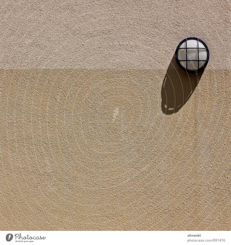 Licht und Schatten Haus Bauwerk Architektur Mauer Wand Fassade Linie Stadt Lampe Farbfoto Gedeckte Farben Außenaufnahme abstrakt Strukturen & Formen