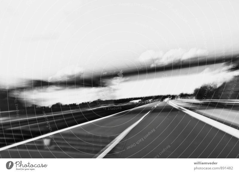 On the road — Auf der Autobahn Verkehr Verkehrswege Straßenverkehr Autofahren PKW Stadt schwarz weiß Eile Geschwindigkeit bedrohlich Schwarzweißfoto