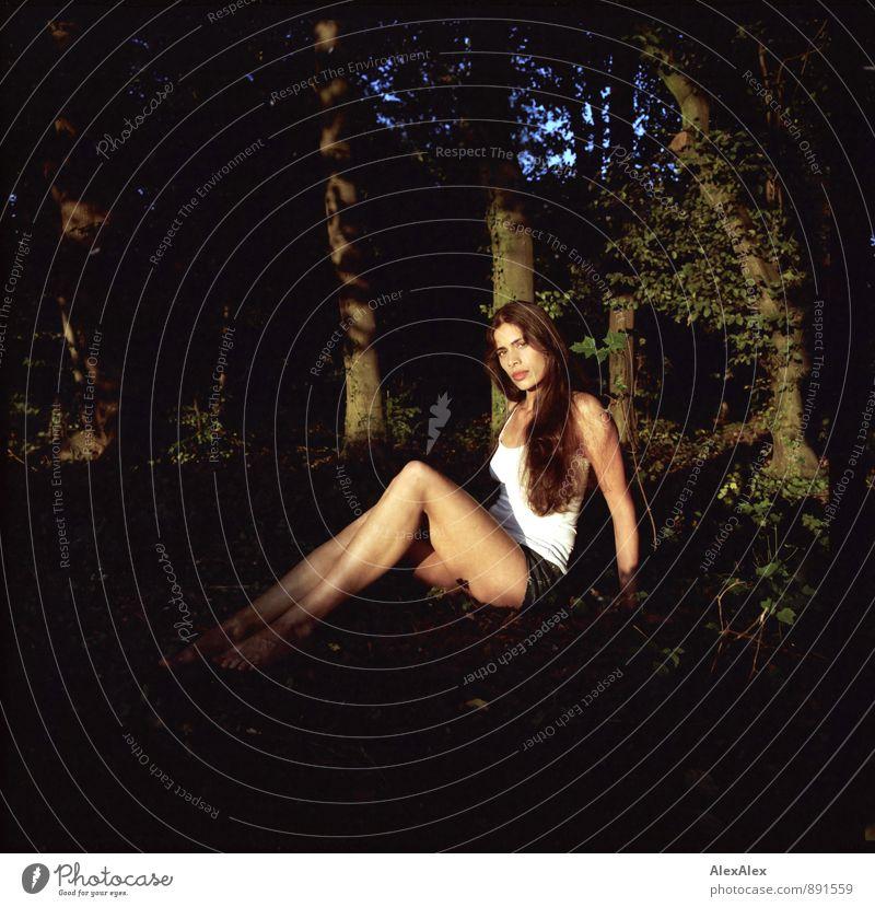 Lichtung Ausflug Sommer Junge Frau Jugendliche Körper Beine 18-30 Jahre Erwachsene Natur Schönes Wetter Baum Sträucher Wald Waldlichtung Hotpants Unterhemd