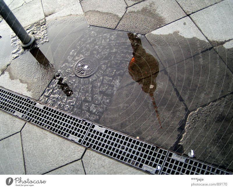 internationaler tag des berliner fernsehturms Alexanderplatz Pfütze Reflexion & Spiegelung Kopfstand Kopfsteinpflaster Platz Asphalt Beton Berlin Wahrzeichen