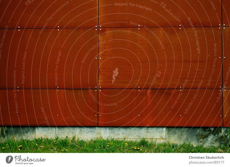 THE RED WALL grün rot Gras Metall Beton Industrie Rost Eisen Schraube Rechteck Niete kupfer Bunker