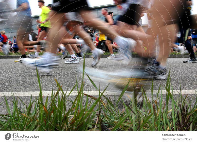 alles fit ?? Straße Sport Spielen Gras Bewegung Menschengruppe Schuhe Beine Gesundheit laufen rennen Geschwindigkeit Perspektive Fitness Turnschuh