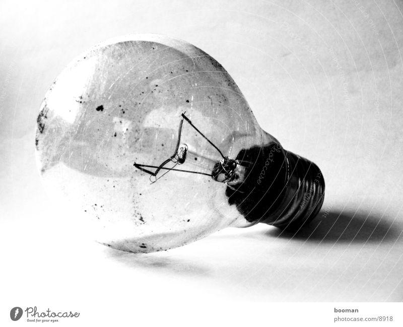 old light bulb dreckig Glühbirne Fototechnik alt Nahaufnahme Schwarzweißfoto