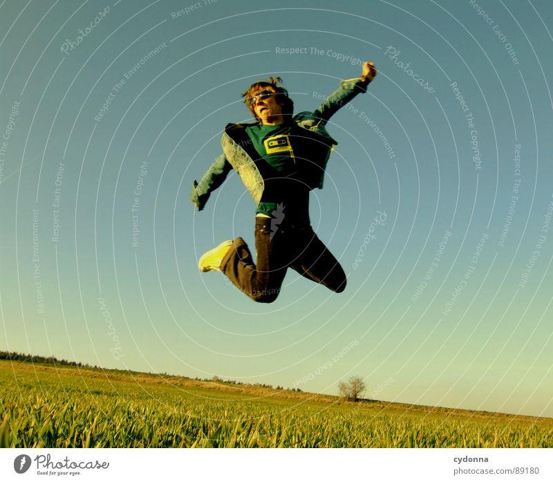 Spring ins Feld! VI hüpfen Frühling Wiese Gras grün Stil Sonnenuntergang Körperhaltung Halm Froschperspektive Sonnenstrahlen Kick Kampfsport Mann Kerl grätschen