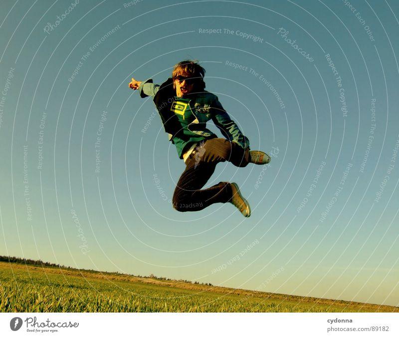 Spring ins Feld! VIII hüpfen Frühling Wiese Gras grün Stil Sonnenuntergang Körperhaltung Halm Froschperspektive Sonnenstrahlen Kick Kampfsport Mann Kerl
