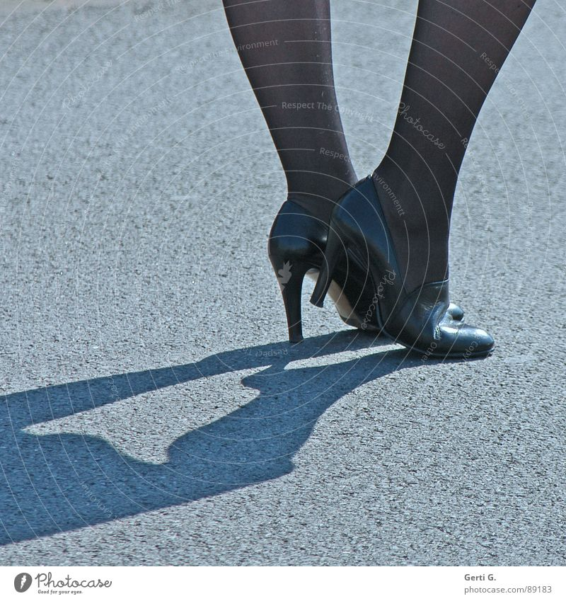 high heels schön Straße Bewegung Beine Fuß Schuhe gehen warten stehen Bodenbelag Bekleidung dünn Dienstleistungsgewerbe Reichtum Strumpfhose Treppenabsatz