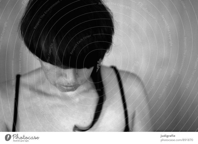 Selbst Mensch feminin Frau Erwachsene Kopf Haare & Frisuren 1 30-45 Jahre schwarzhaarig brünett Denken Gefühle Stimmung achtsam ruhig Traurigkeit Müdigkeit