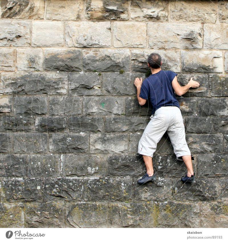 konzentration Mann Erwachsene Wand Spielen Berge u. Gebirge Freiheit Wege & Pfade Mauer Beine Feste & Feiern Kraft Freizeit & Hobby Arme gefährlich Elektrizität Sicherheit