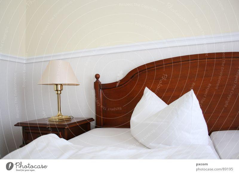 SLP*HOME Hotel Bett schlafen Lampe Wand Tapete Kissen weiß Schlafzimmer Raum Decke Kopfkissen