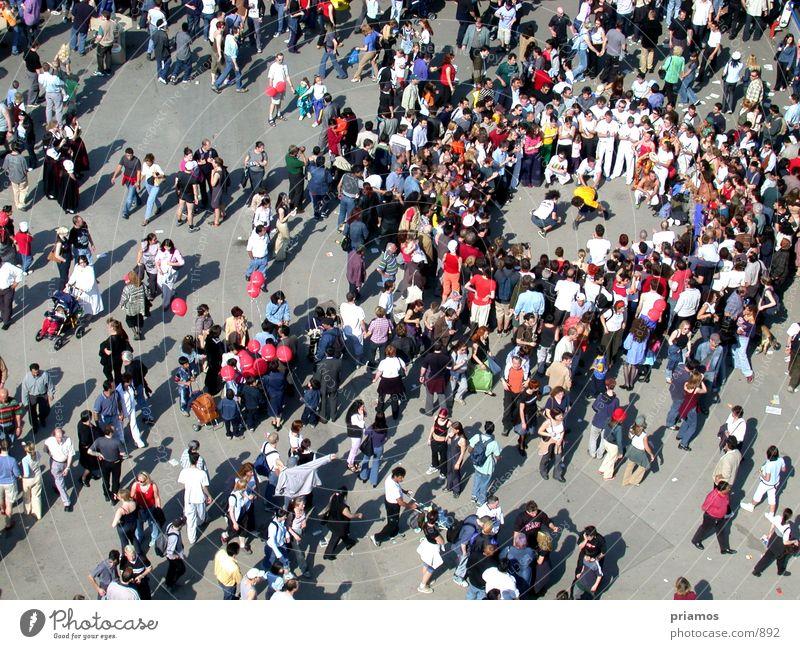 Menschentraube Anhäufung Versammlung Platz Menschenmenge Straße