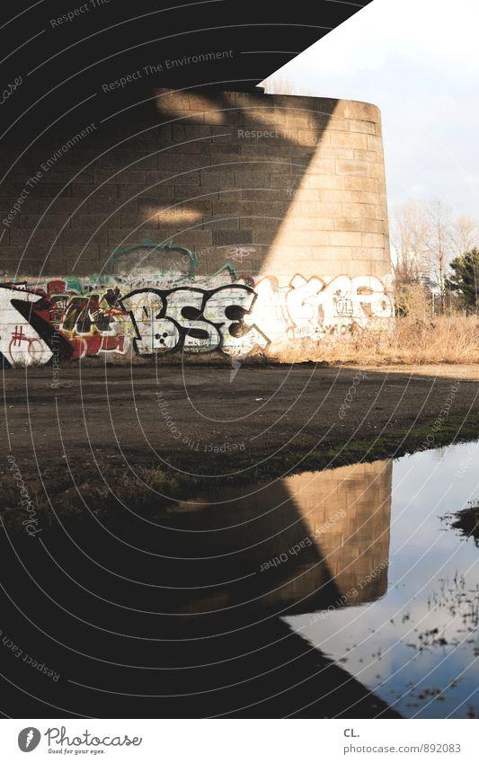 bse Erde Wasser Schönes Wetter Menschenleer Brücke Bauwerk Architektur Mauer Wand Verkehr Graffiti eckig trist Stadt Pfütze Schattenspiel Farbfoto Außenaufnahme