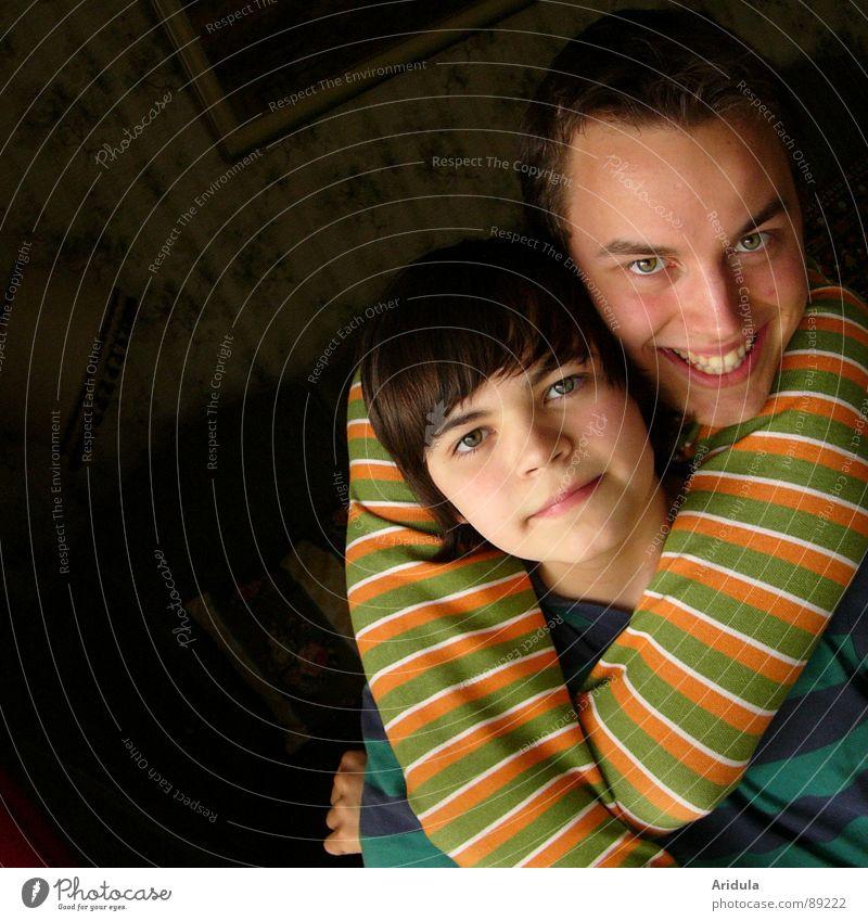2 streifenhörnchen Mann Familie & Verwandtschaft Jugendliche Freude Gesicht Geschwister lachen Streifen grinsen Umarmen Bruder