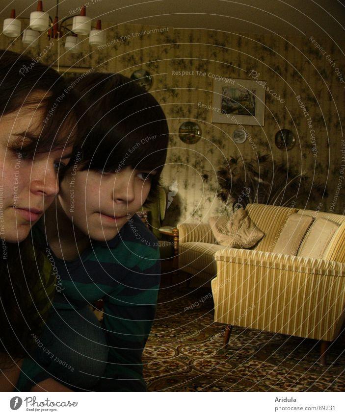 szenenbild Frau Kind Jugendliche alt Lampe dunkel Junge Sofa beobachten Möbel Wohnzimmer beige Zeitreise