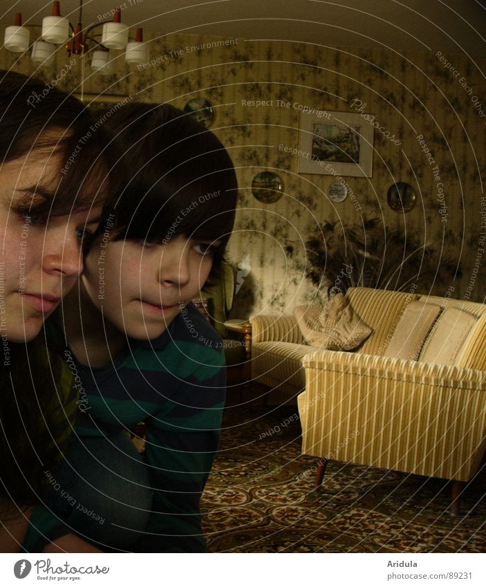 szenenbild Frau Kind Wohnzimmer Sofa Lampe beige Zeitreise dunkel Jugendliche Möbel Junge beobachten alt gemüdlich