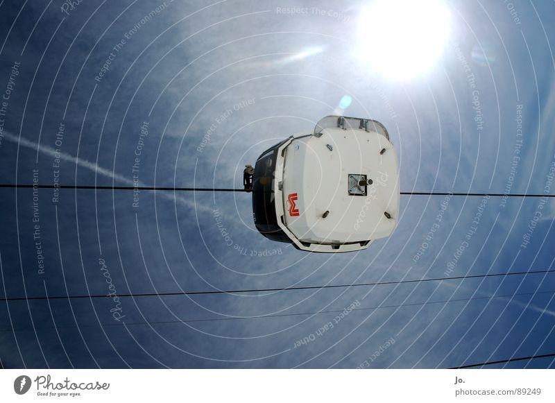 Endstation Sonne Himmel blau Stahlkabel aufwärts horizontal Gondellift himmelwärts Vor hellem Hintergrund