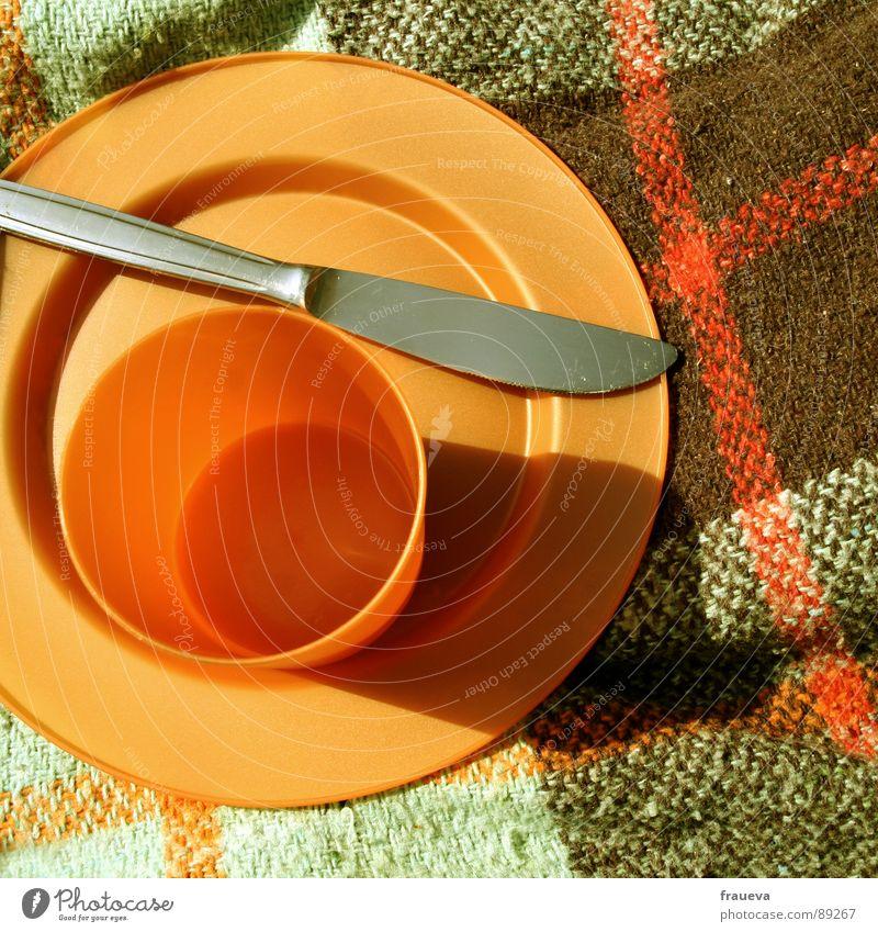 tupperware party. Picknick Teller Tupperware kariert Mahlzeit Becher Sommer retro Siebziger Jahre Küche Ernährung Farbe Statue Messer Decke sun eat knife dish