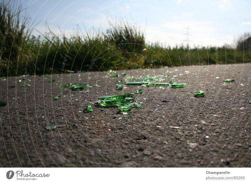 Fahrradweg mit Hinderniss Natur grün Straße Gras Wege & Pfade Glas dreckig Asphalt verfallen Wut Flasche Alkohol Ärger Bierflasche